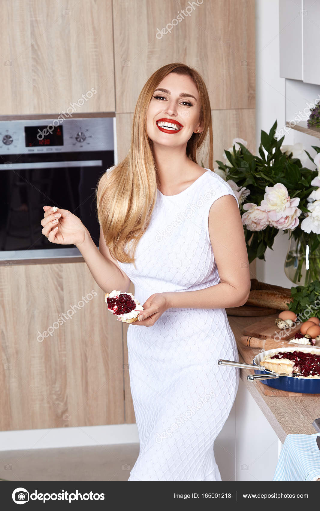 Сексуальная симпатичная блондинка в красивой одежде фотки
