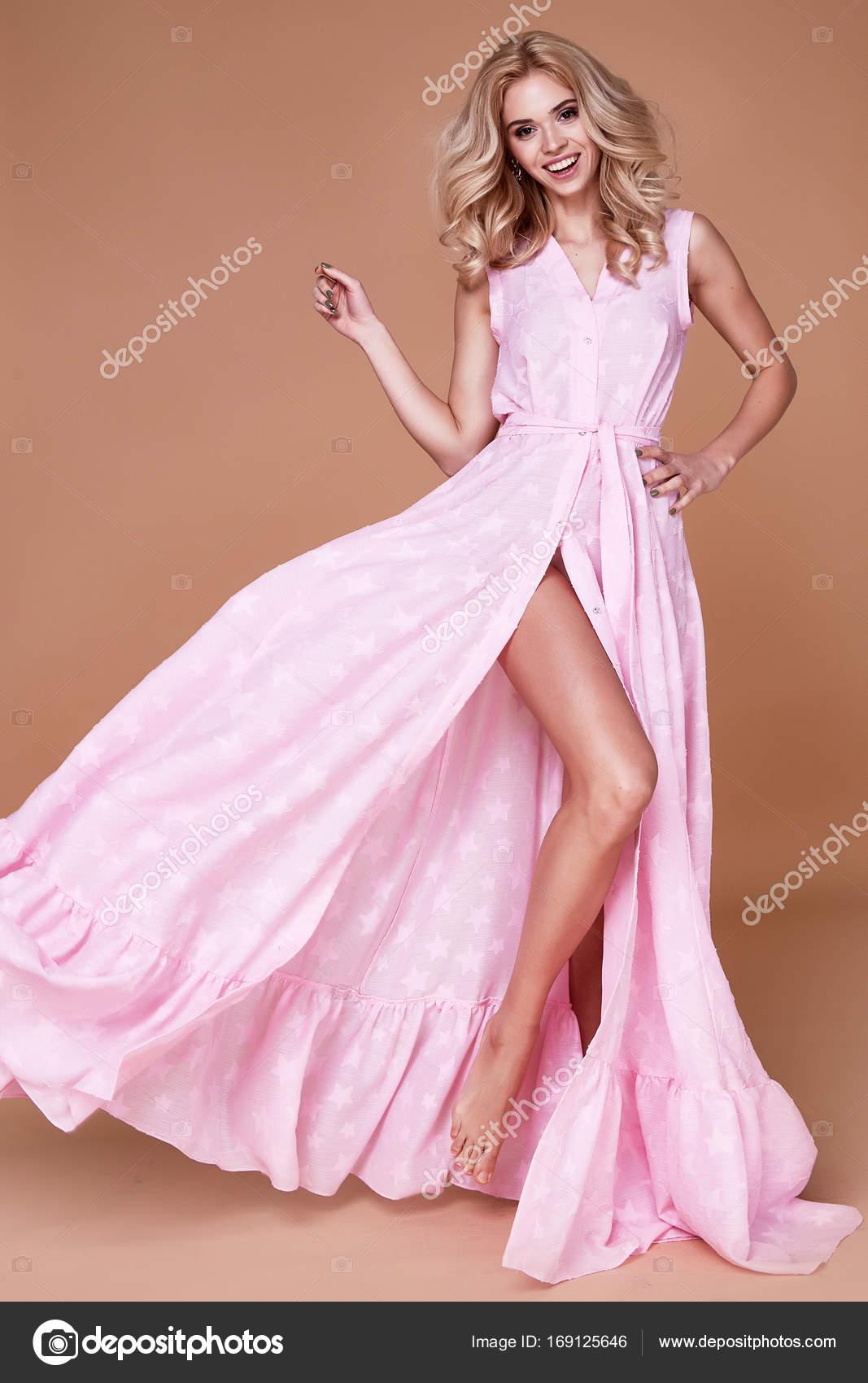 d601f861e75f Η γυναίκα σέξι ομορφιά αντιμετωπίζουν αρκετά tan δέρμα φορούν ροζ μεταξωτό  φόρεμα πολύ κοκαλιάρικο σώμα σχήμα μακιγιάζ καλλυντικά καλοκαίρι συλλογή  studio ...