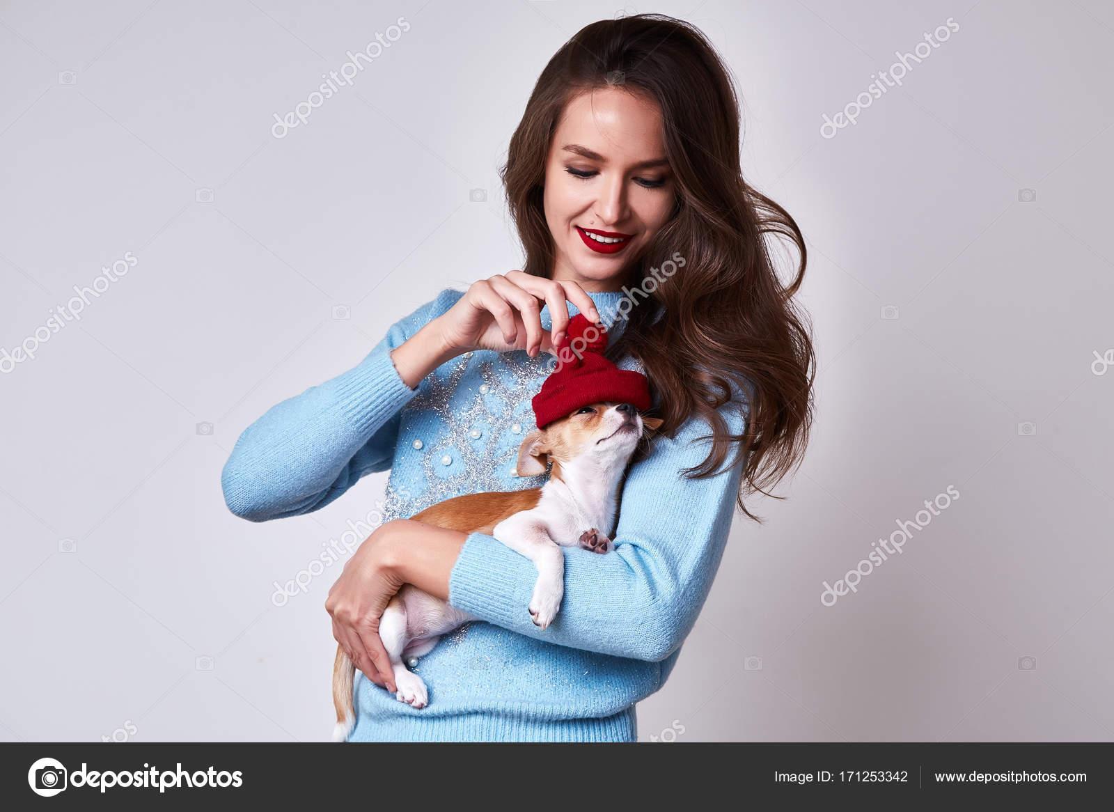 f4ab9ab52d94 Suéter de color azul pelo largo morena sexy hermosa mujer desgaste con  maquillaje de cara bonita de copo de nieve celebrar diversión de Navidad  feliz año ...
