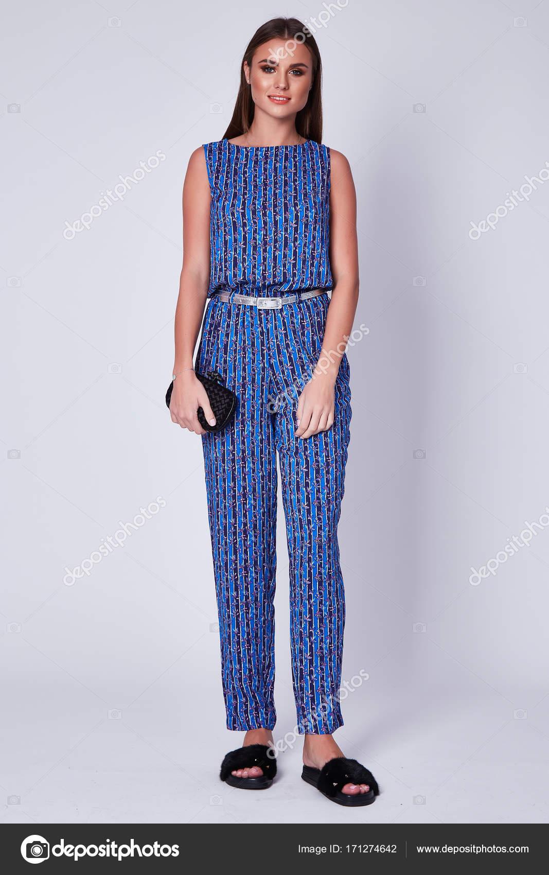 390bed4fadc3 Glamour módní styl katalogu ležérní oblečení obchodních žena setkání datum  chůze stranou sexy krásná žena brunetka dlouhé vlasy přírodní make-up  opotřebení ...