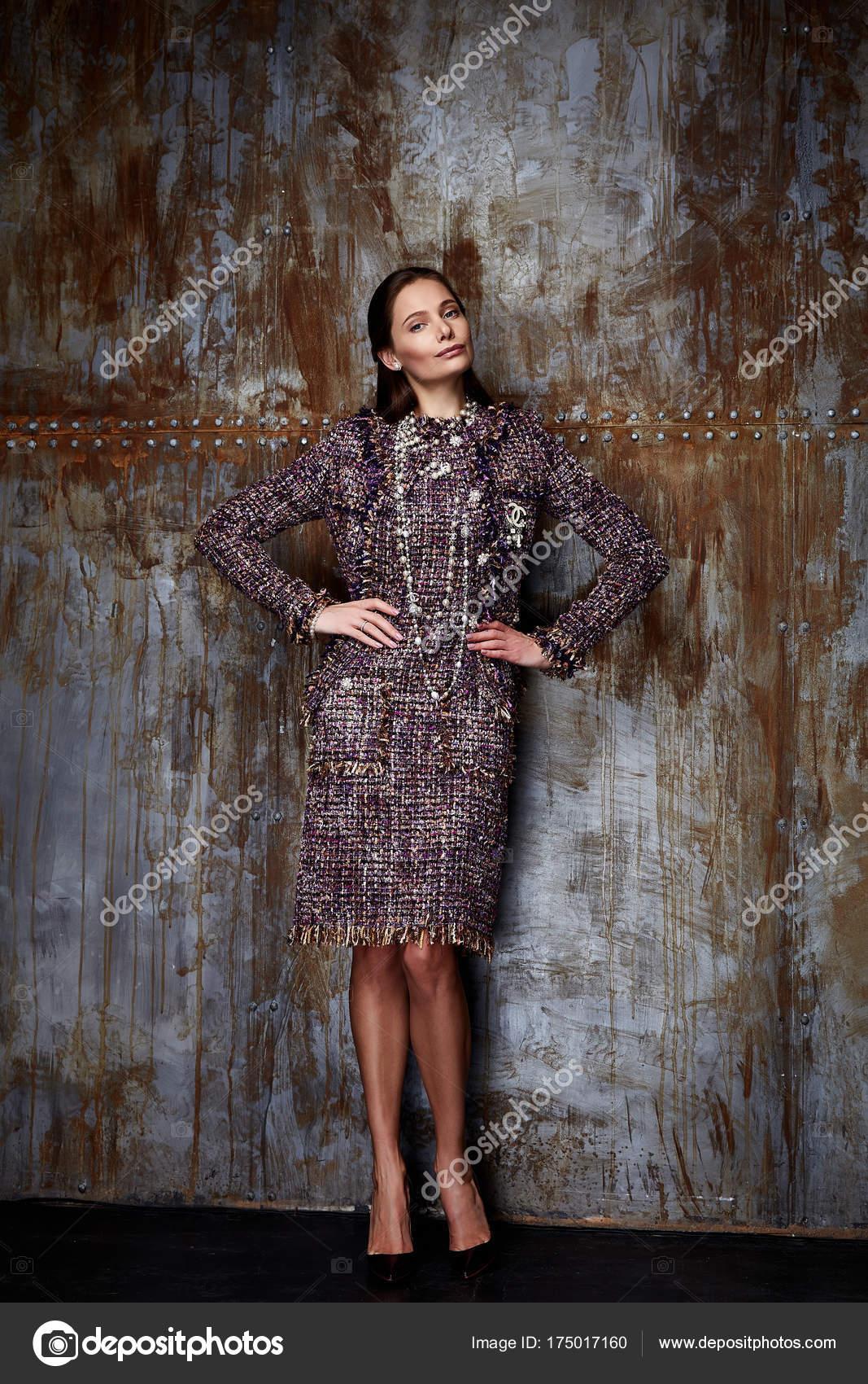 Beauty Woman Modell tragen stilvolles Design Trend Kleidung Wolle ...