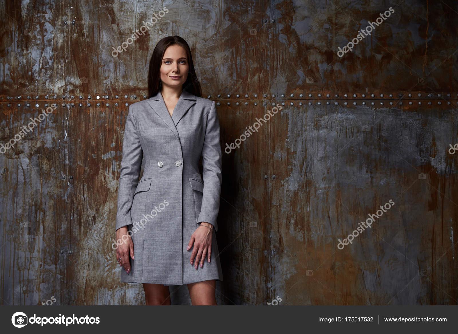 Mode modèle pose pour le catalogue automne collection vêtements de