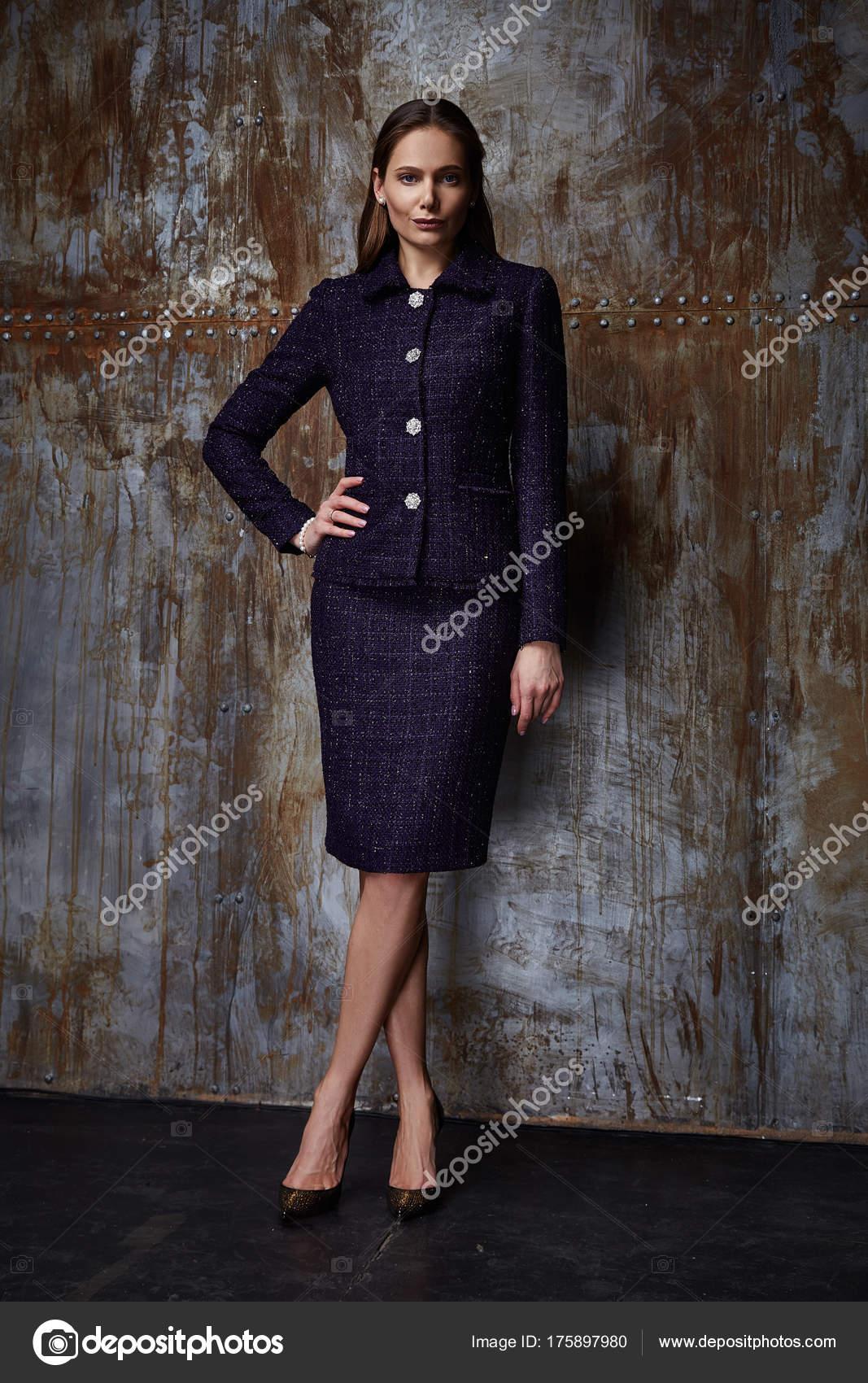 Schönheit Frau Modell tragen stilvolles Design Trend Kleidung Anzug ...
