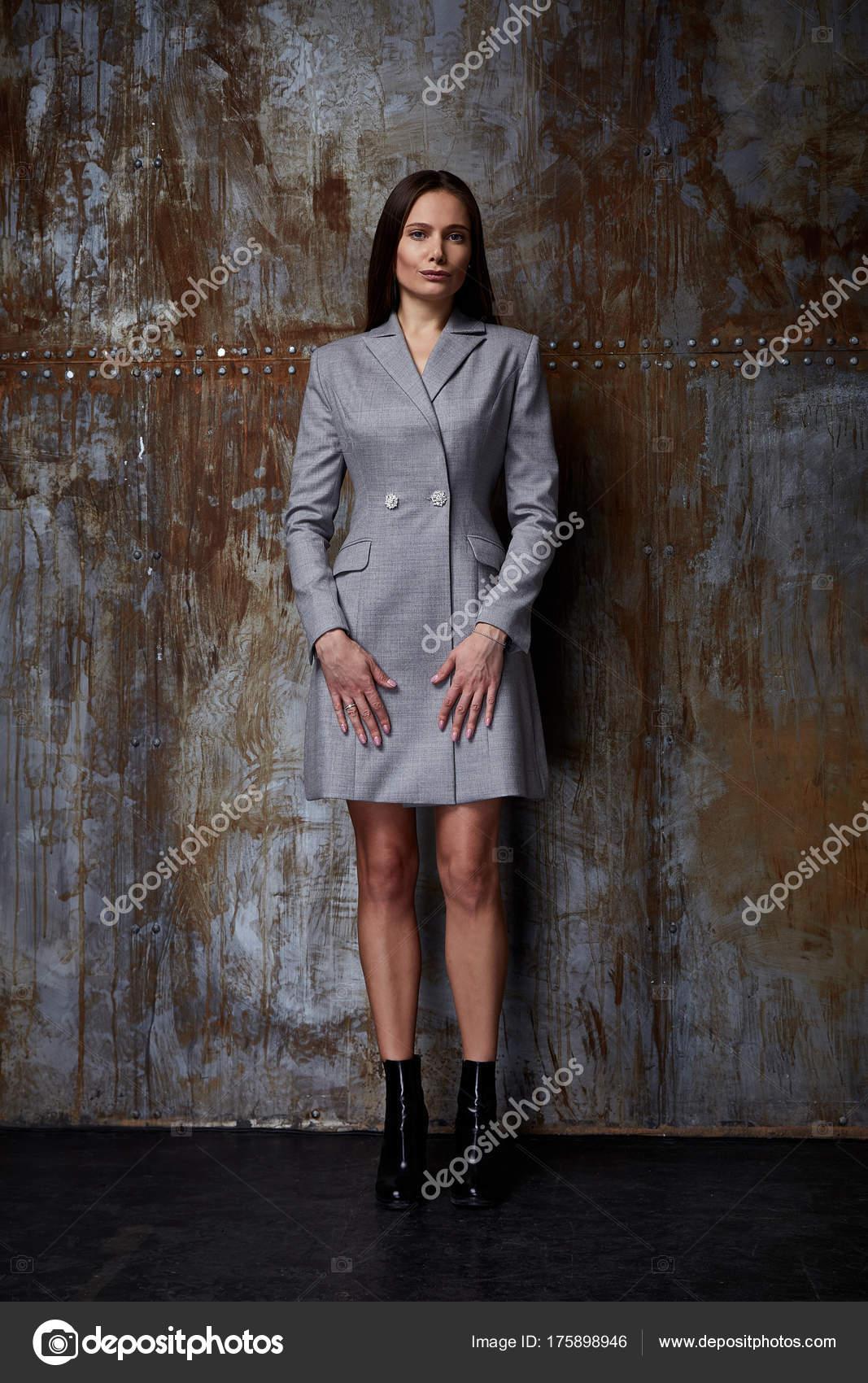 dbfec1edeb1e Мода модель позировать для каталог осень коллекции дизайнер одежды  повседневные платья длинные серые офис партии ходьбы совещание довольно  красоты женщина ...