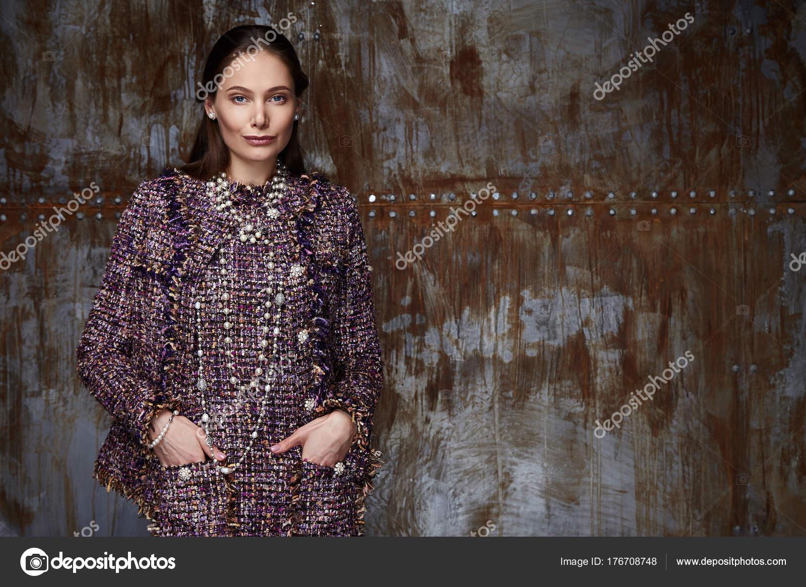 Portrait de femme porter des vêtements de style business pour le