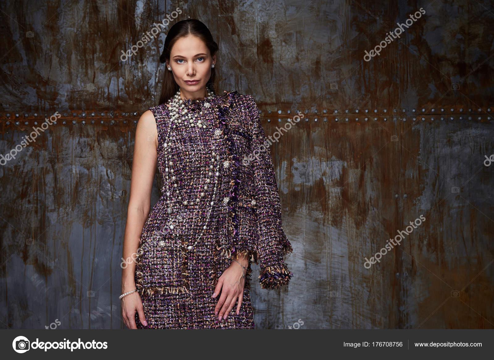 Ufficio Stile Moda : Ritratto di donna indossare abbigliamento di stile daffari per
