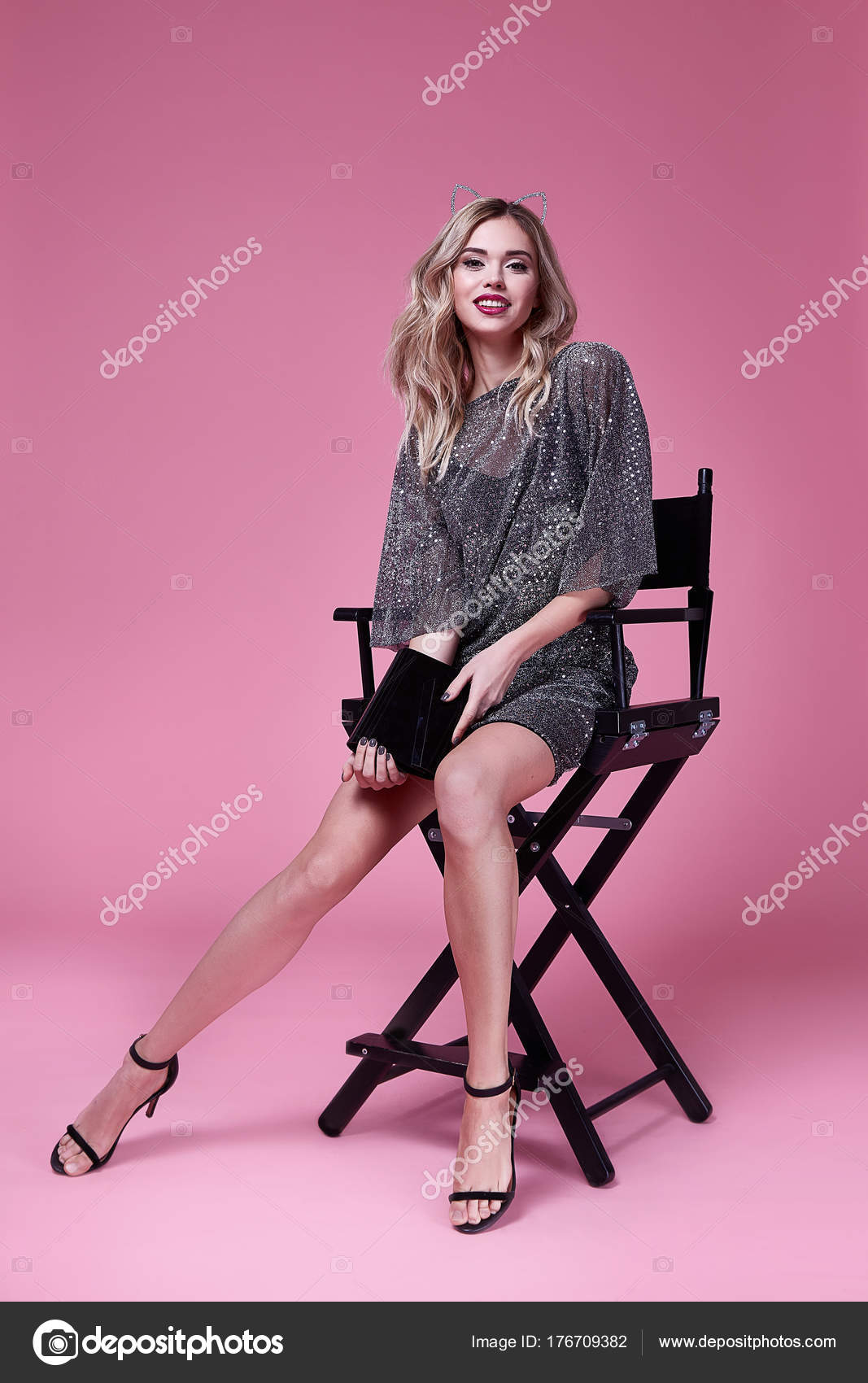 ed3864e9a4a0 Sexig kvinna vacker dam slitage modedesigner kort sidenklänning — Stockfoto
