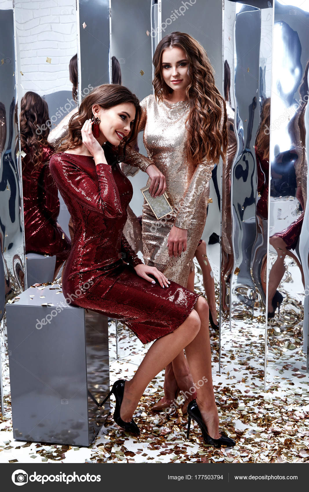 Zwei sexy schöne Frau tragen dünne gold rotes Kleid glänzenden ...