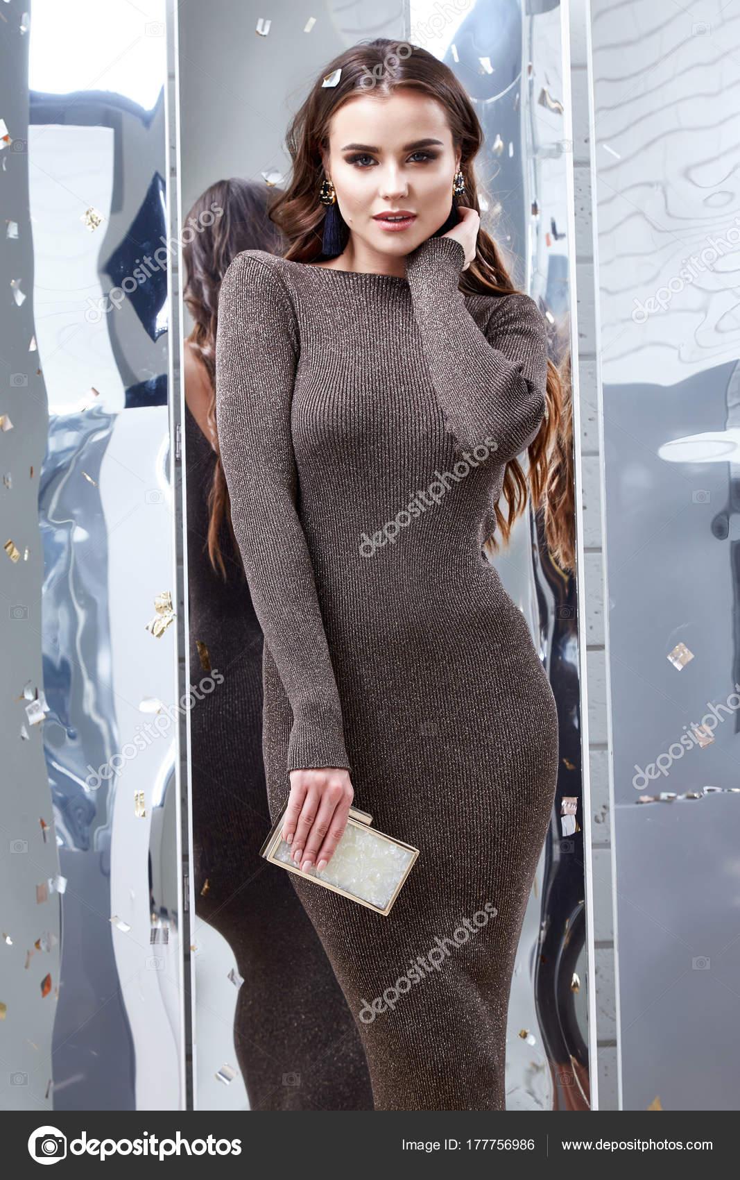 282e3e0d94 Maquillaje de noche brillante de pelo rizado morena sexy mujer hermosa cara  desgaste ropa elegante vestido sexy gris skinny estilo fiesta vacaciones de  lujo ...
