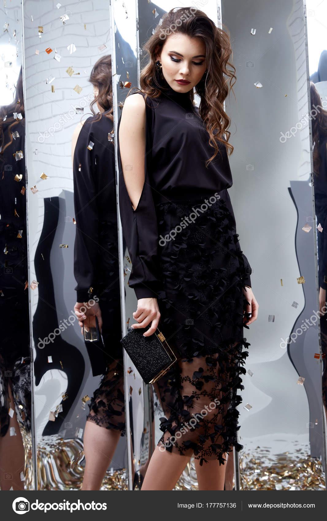84a476400d Maquillaje de noche brillante de mujer sexy morena pelo rizado hermoso  rostro use lujo ropa Vestido negro flaco elegante estilo fiesta vacaciones  Navidad ...