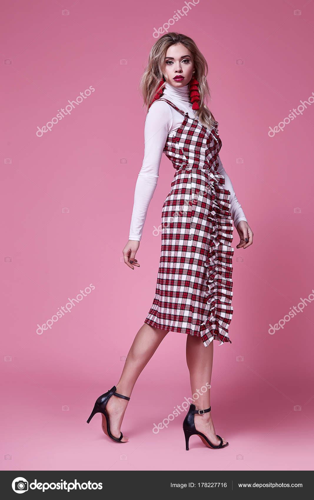 Una mujer bonita hermosa dama sexy desgaste diseñador de moda ...