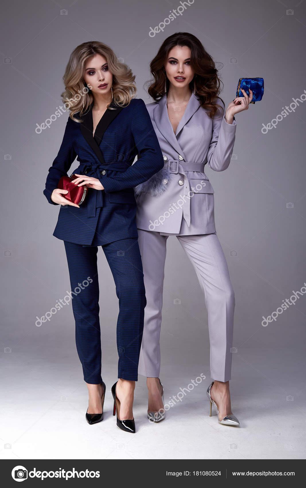 Zwei schöne Glamour sexy Frau Freund Kollegen tragen formale dr ...
