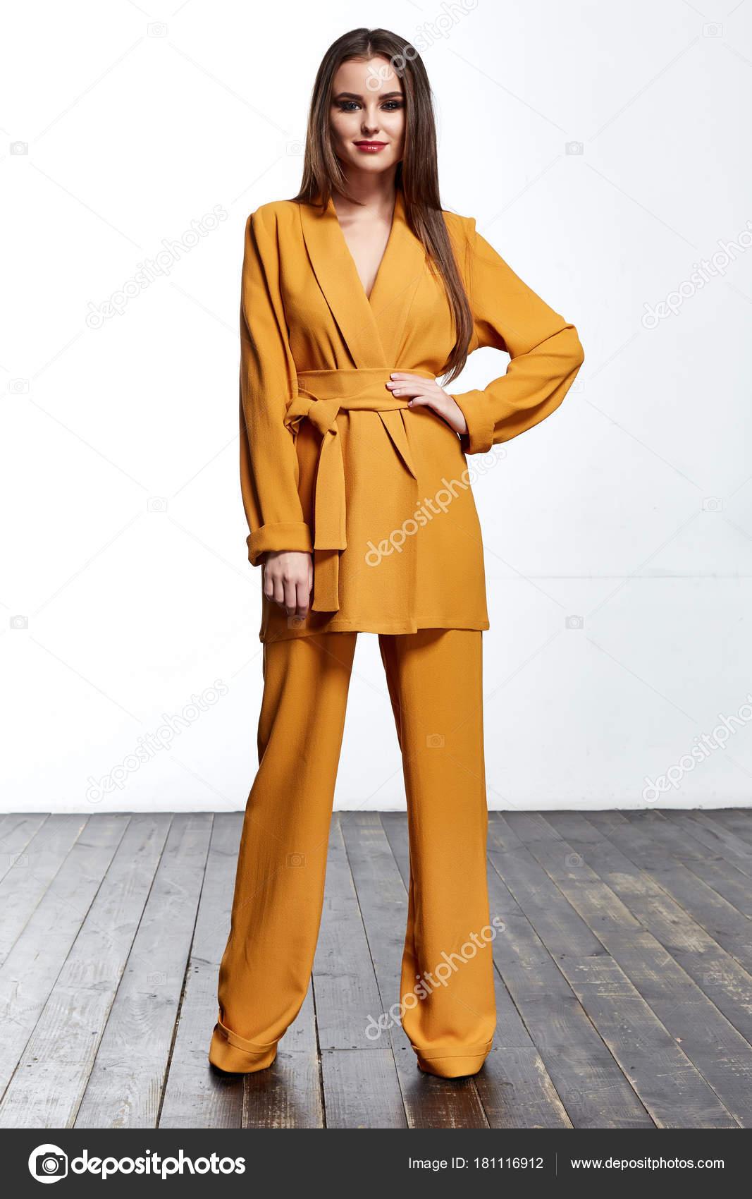 5992bdc58 Hermosa chica guapa sexy desgaste traje amarillo chaqueta y pantalones  cuerpo delgado forma señora jefe negocio mujer piel pelo largo morena tan  partido ...