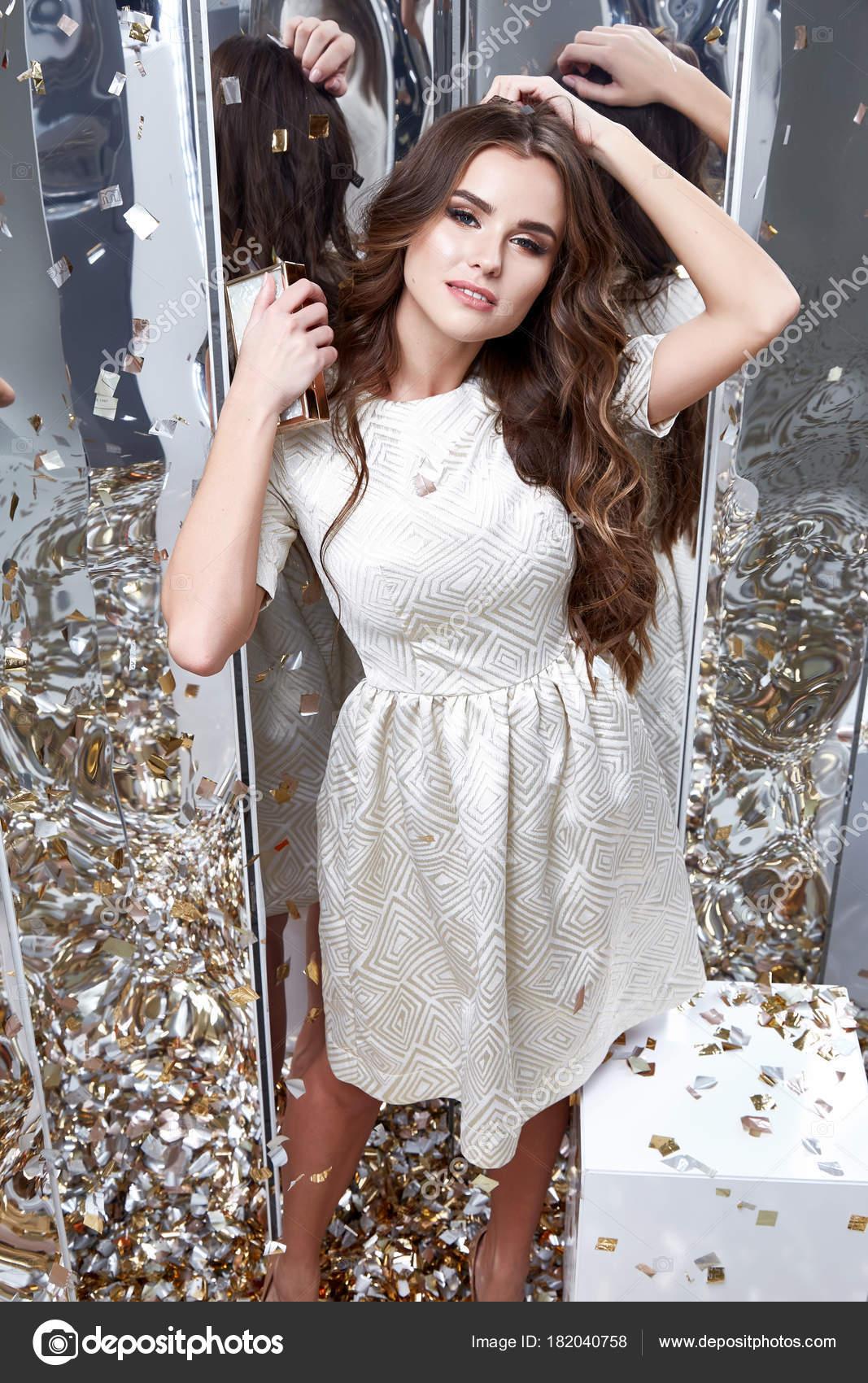 Brünette Haare Frau Tragen Mode Weißes Kleid Party Ziemlich Schönes ...