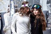 Fényképek Két gyönyörű nő viseljen ruhát alkalmi ruha sport szemüveg trend