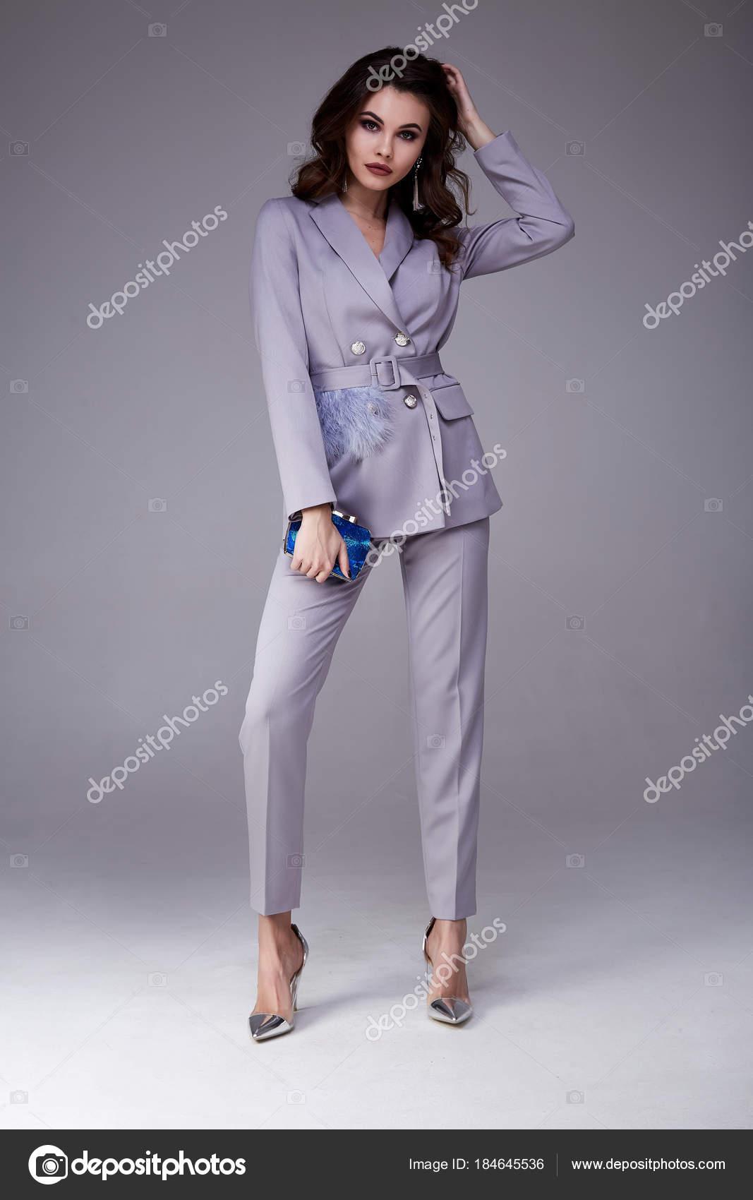 Schöne sexy hübsche Mädchen tragen lila Anzug Jacke und Hose Haut ...