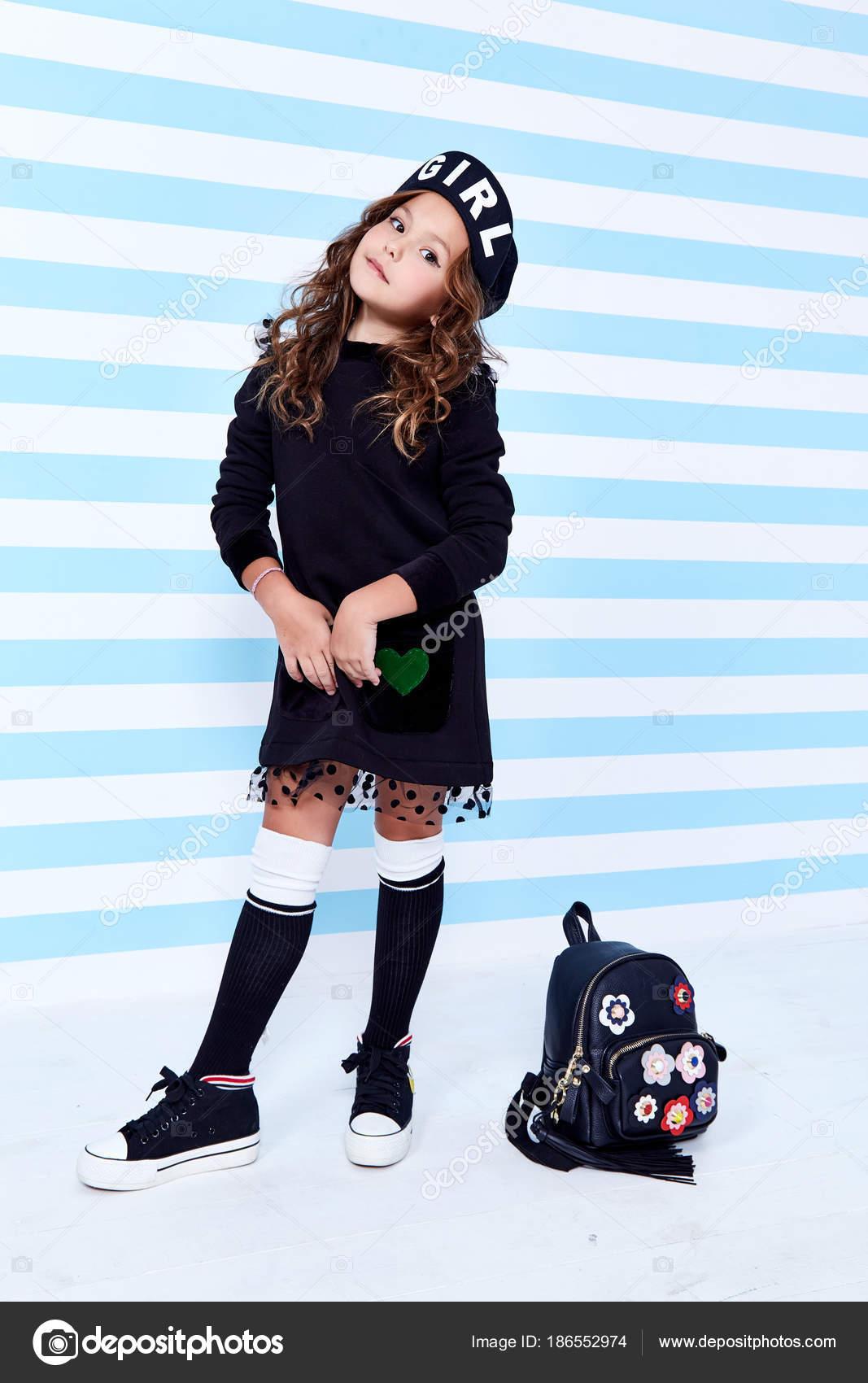 Escuela pequeño bebé niña vestido de colegiala pupila bolsa uniforme boina  calcetines sombrero divertido smile juguete pelo rizado estudios de  aprendizaje ... 336f12373b3