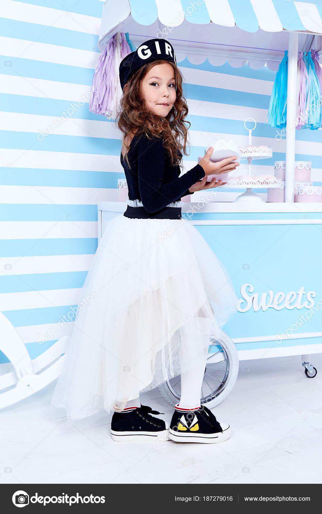 Schöne Dame locken kleine Mädchen Kind lustig niedlich fac ...