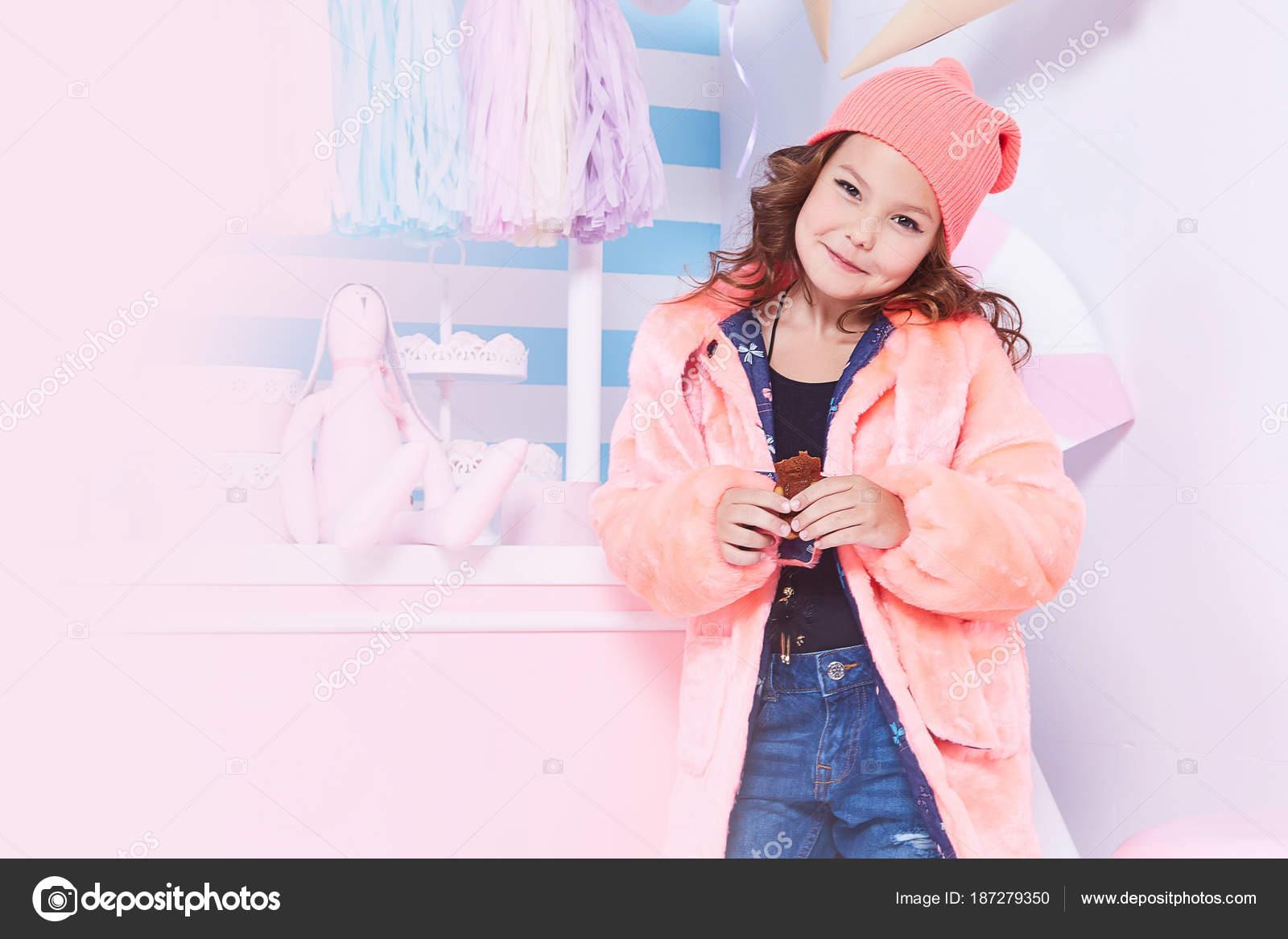 Retrato de niña pequeña bella dama niño de pelo rizado — Fotos de ...