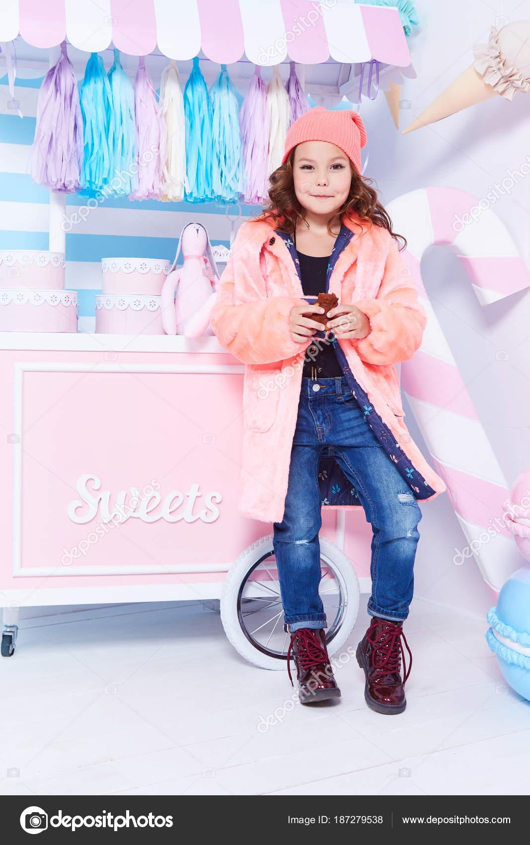 Kleidung für Kinder Jeans Denim Pelz Hut Mode Stil kleines wenig g ...