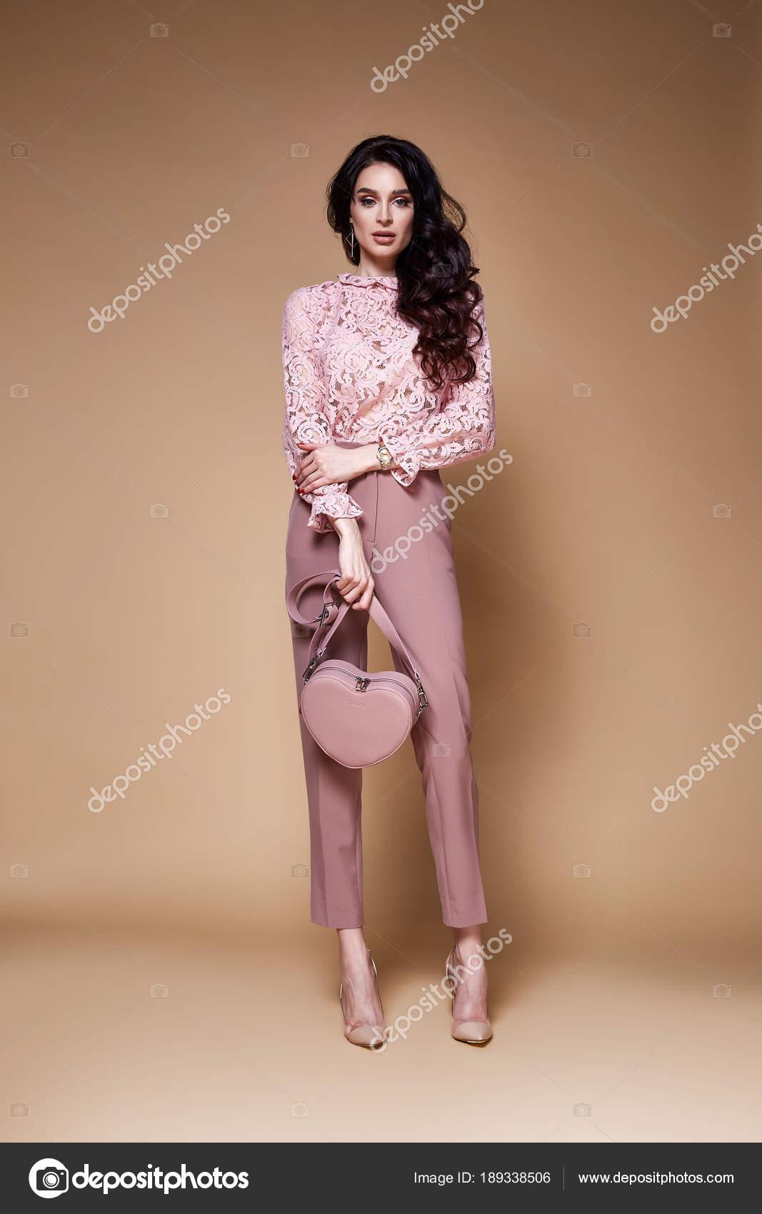 Schöne sexy Frau lange brünette Haare Glamour Model tragen Hosen ...