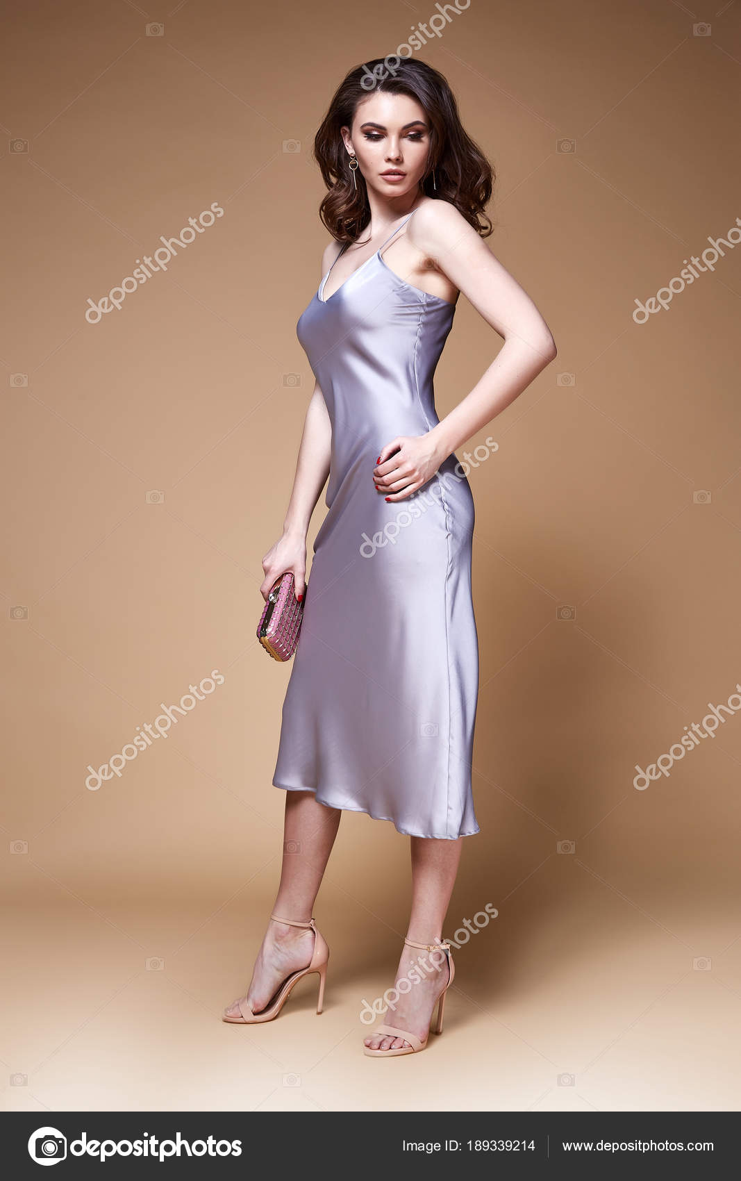 Девушка в сексуальном шелковом платье — img 3