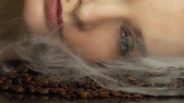 Krásná tvář sexy žena docela krása tváří kosmetické make-up zblízka řasenky rtěnky kůže péče aroma kávové zrno chuť vůně otevřené oči vzhled módní styl řasenka vize café horkého kouře