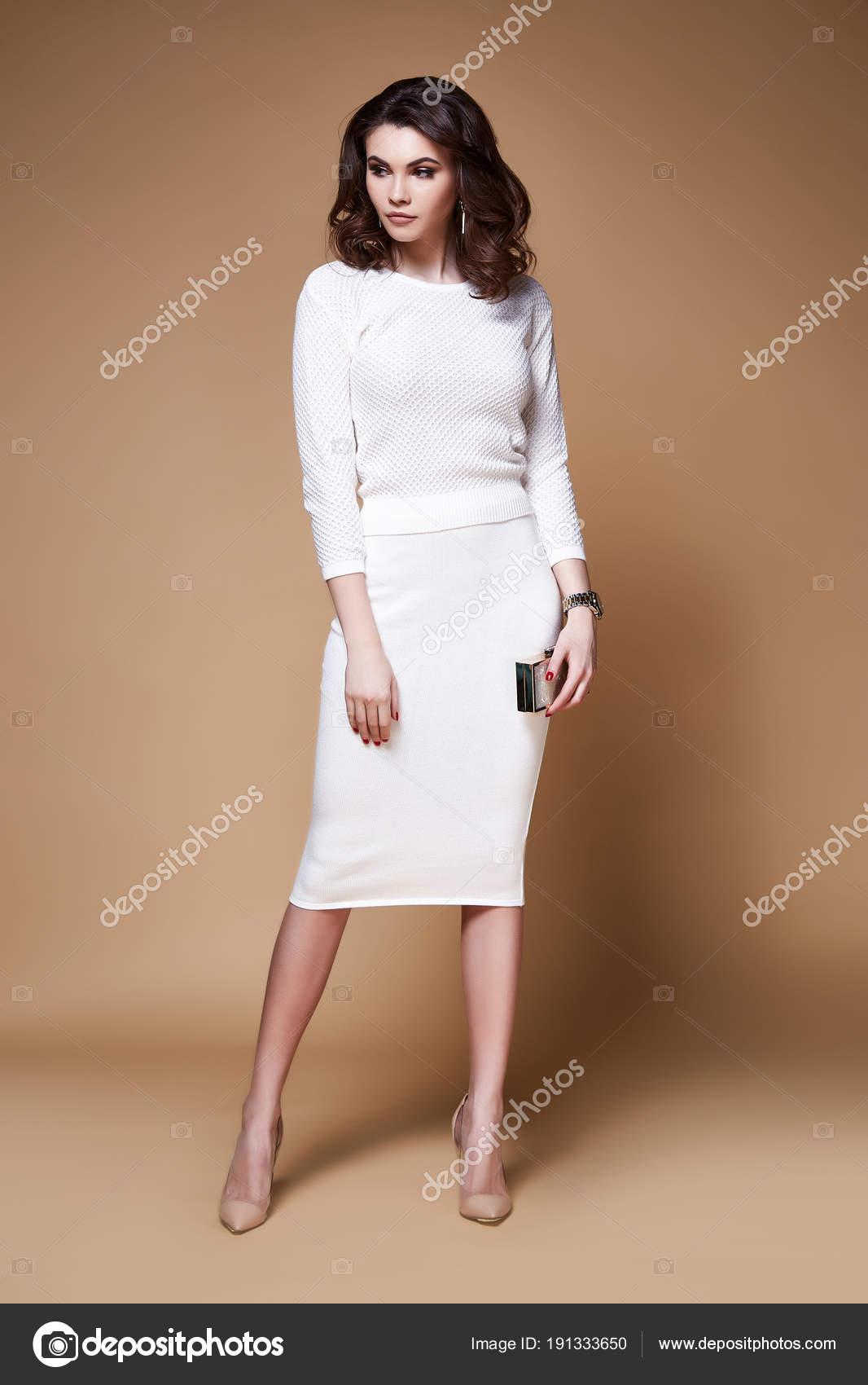 Sexy Schönheit Frau hübsches Gesicht Bräune Haut tragen weiße ...