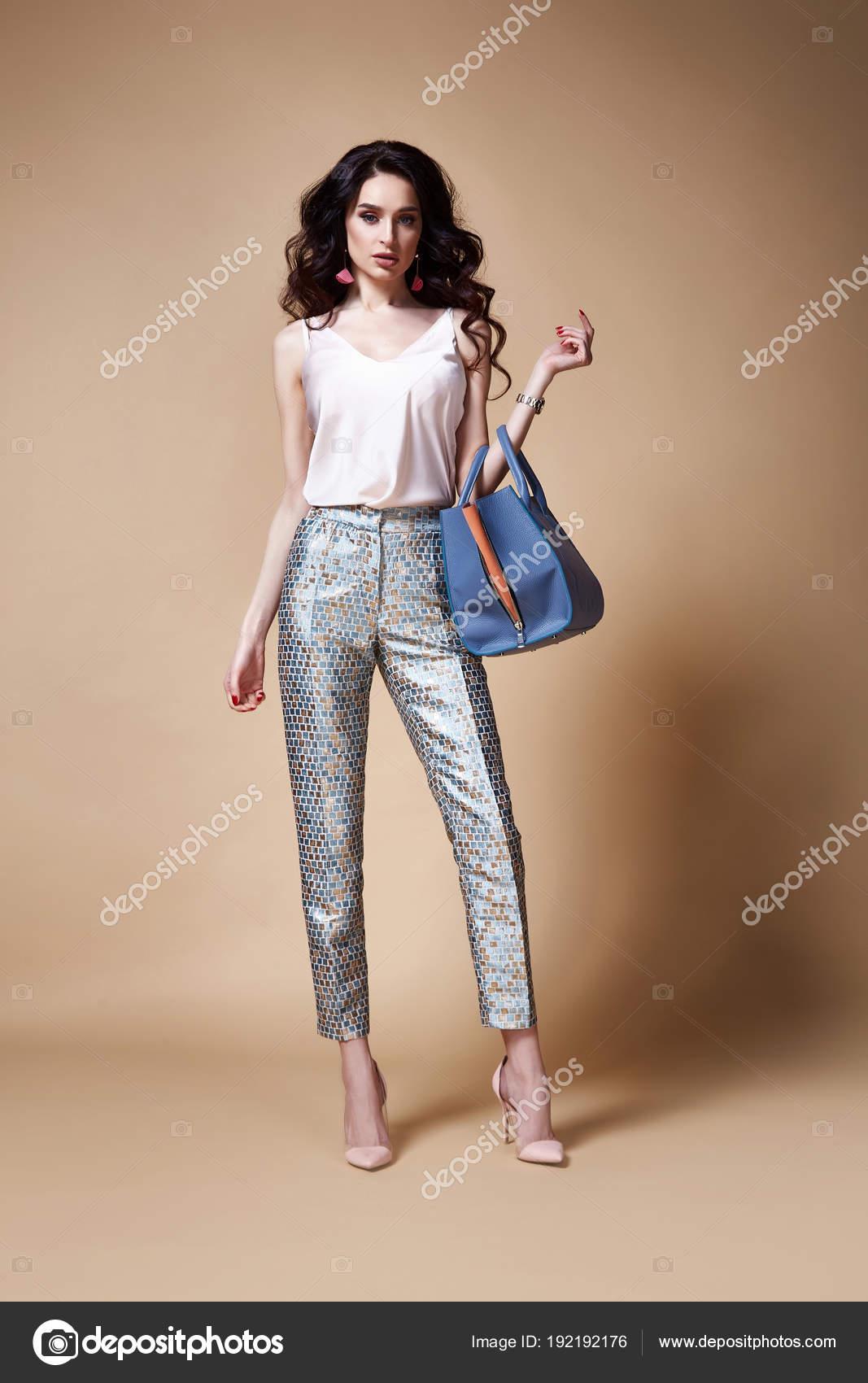 Sexy hermosa mujer glamour modelo morena pelo maquillaje ropa blusa de seda pantalones  ropa para cada día fiesta casual estilo bolsa de accesorios joyería ... 2be470337e68
