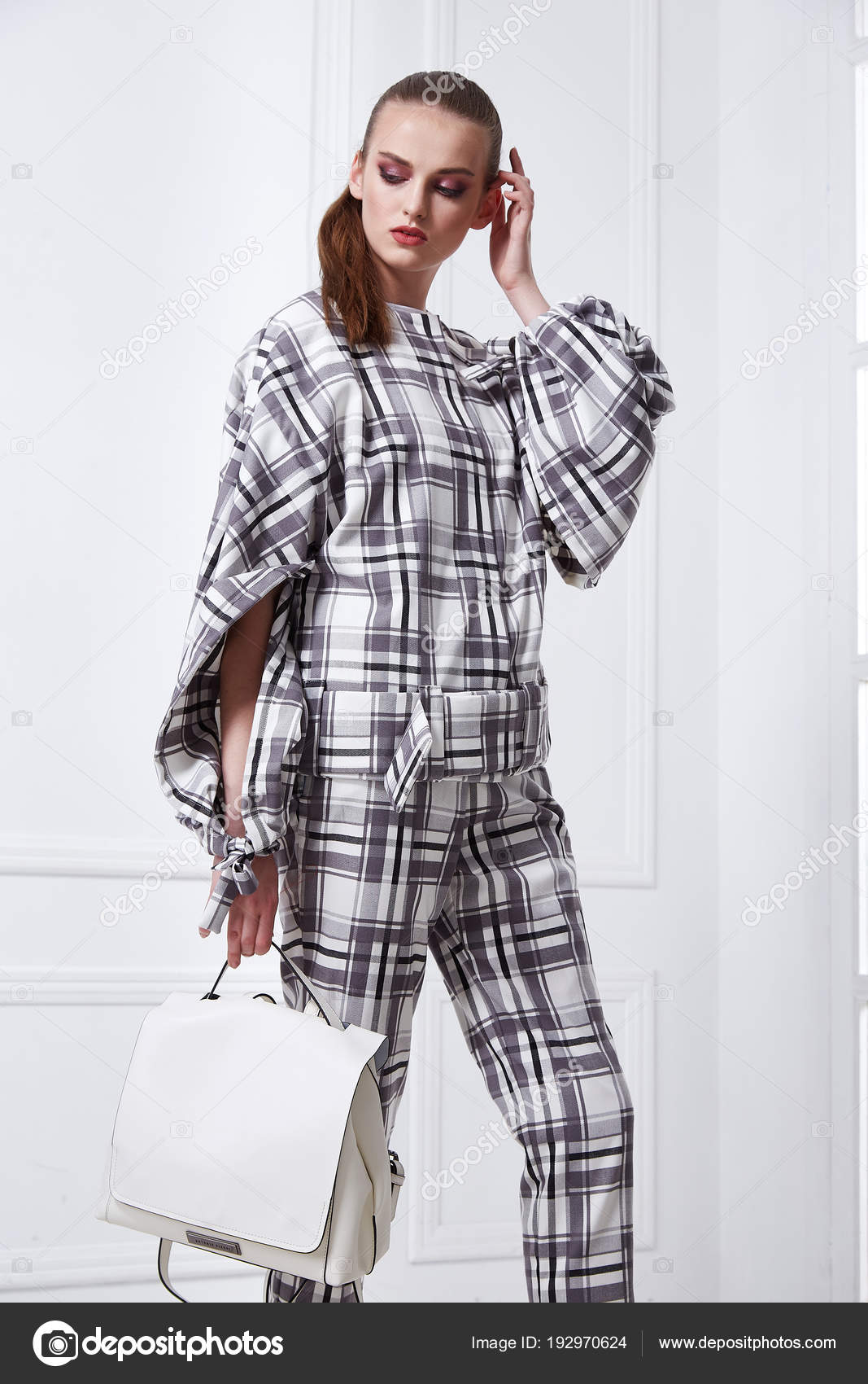 9abd642fec97 ... στυλ ρούχα της μόδας μοντέλο τέλειο πρόσωπο λευκό δωμάτιο τοίχο φθορά  βαμβάκι διαγραμμίσεων κελί κοστούμι μαλλιά glamour ενδυματολογικός κώδικας  ...