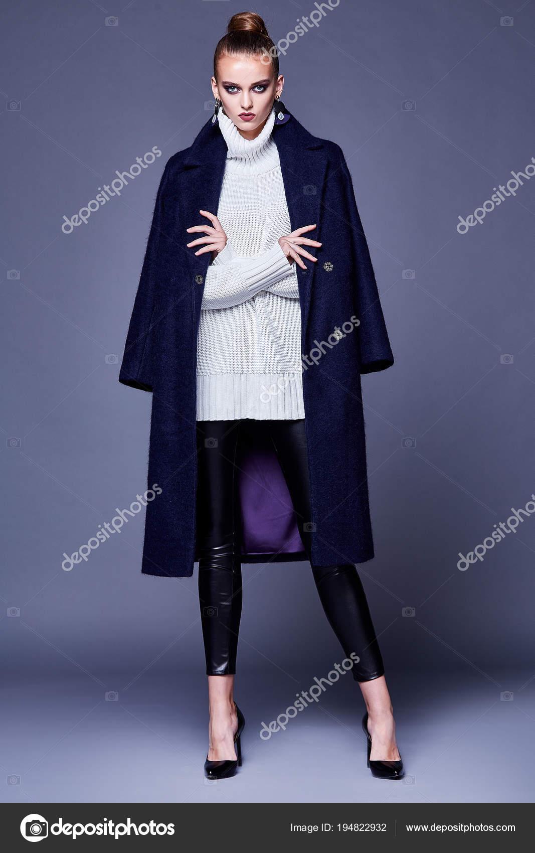 Красивая сексуальная женщина носить брюки белый свитер пальто верхняя одежда  меня — стоковое фото 92cee53c8c165