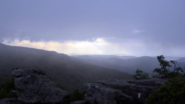 Mlha, ofukování Jane Bald při západu slunce