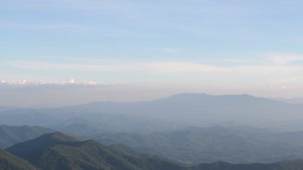 4 k pánvi ponechány prázdné Rock s výhledem na horský hřeben a údolí