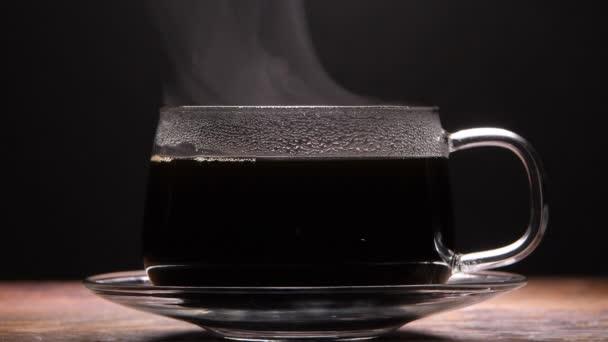 Közelkép a gőzölgő csésze kávé