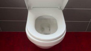Hängende wc mit soft close wc sitz deckelscharnier u stockvideo