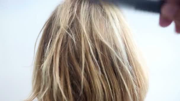 Vértes kócos haját, hogy fésült fejét hátoldalán