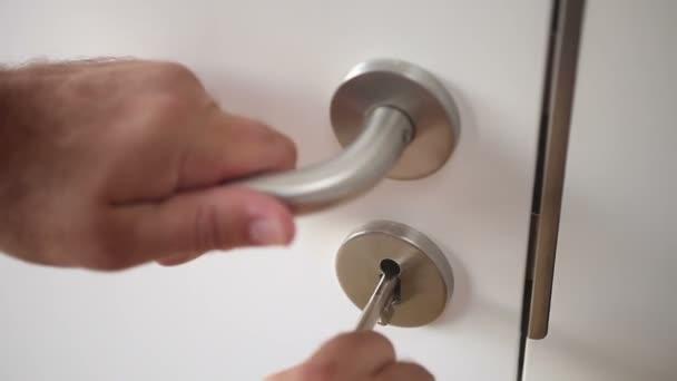 Closeup člověka odemknout dveře a otevře ji doma