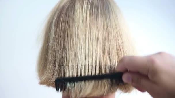 zadek dlouhých vlasů je česaná, a to se ukázalo být pohledný muž