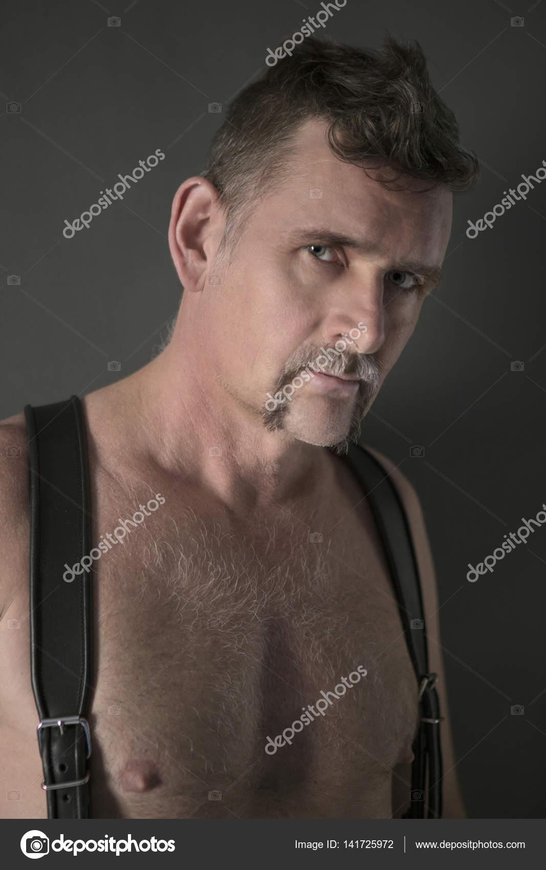 grosses soldes moitié prix comment avoir Portrait d'un homme torse nu avec bretelles en cuir ...