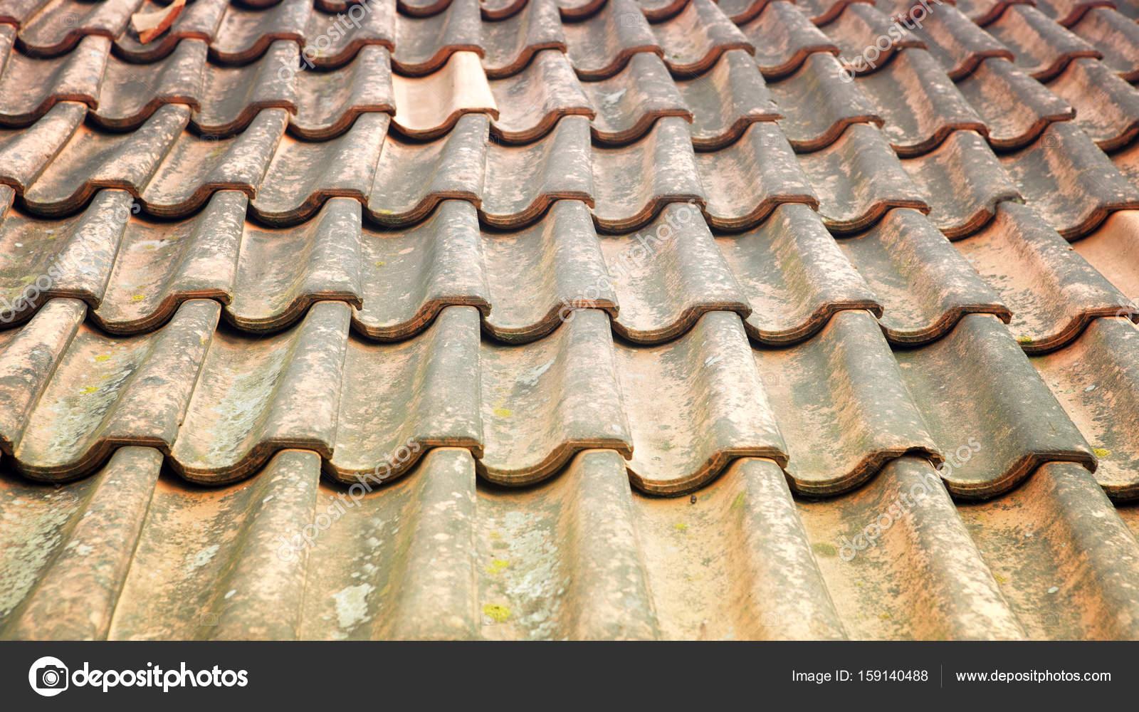 Oud verweerd dak met rode tegels u stockfoto wernerimages