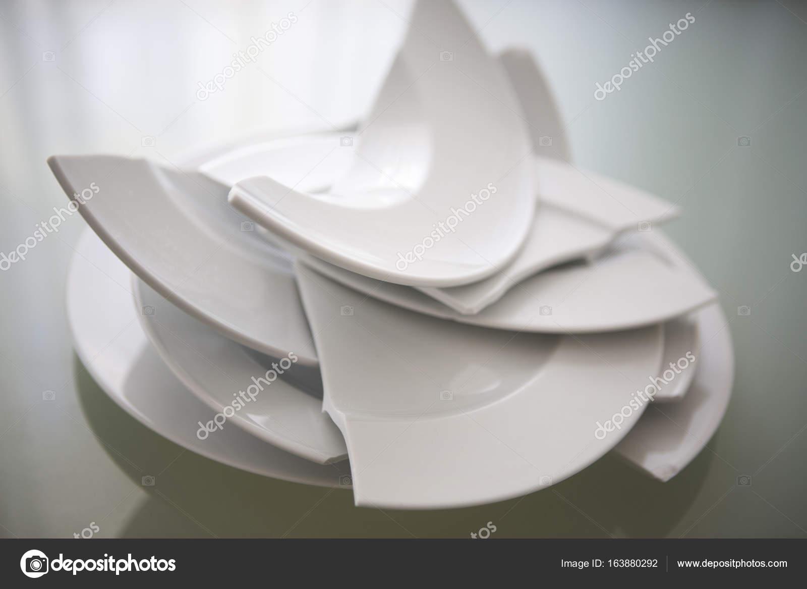 gebrochen weißen Platten auf Glastisch — Stockfoto © wernerimages ...