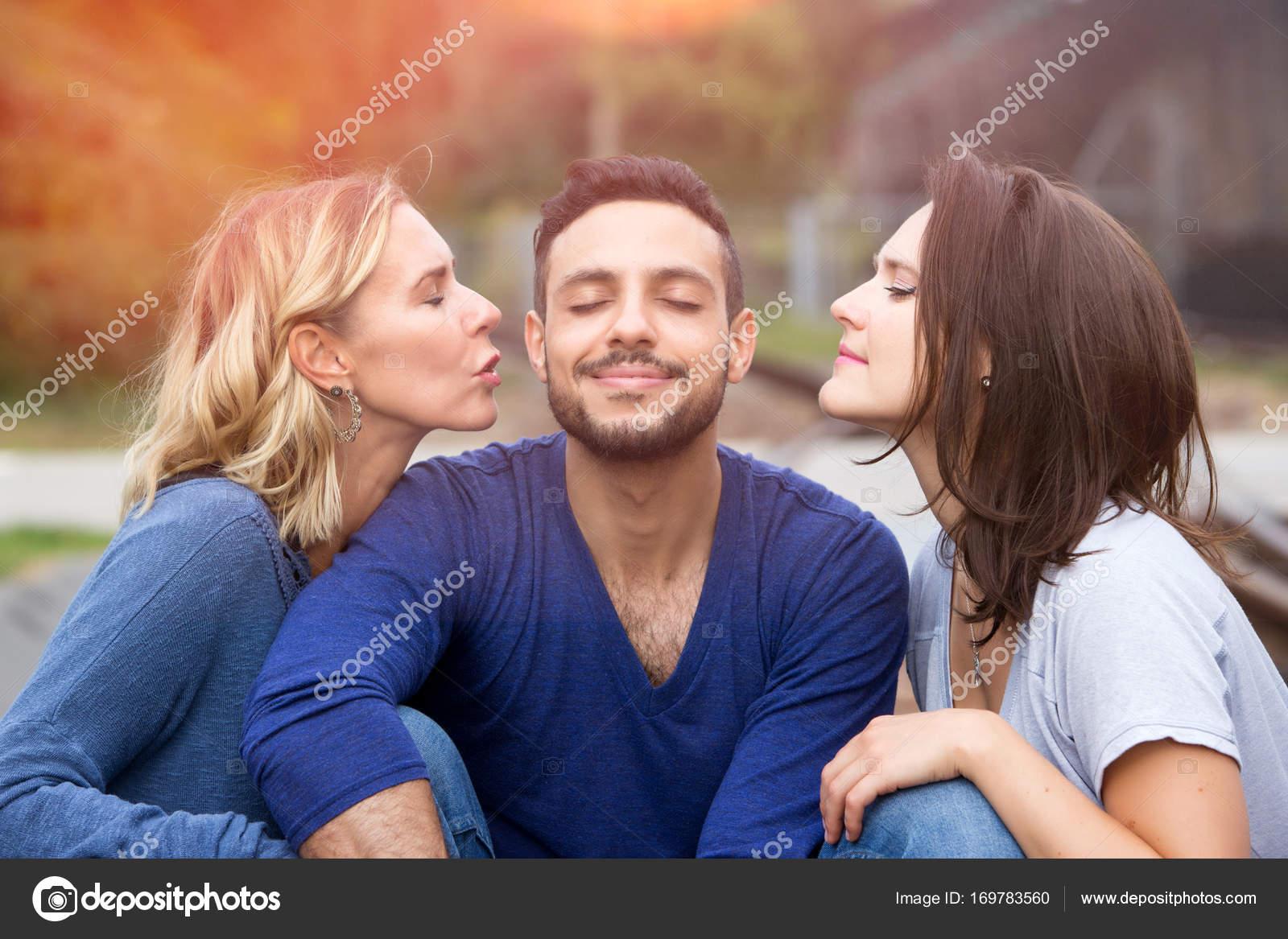 twee vrouwen zoenen