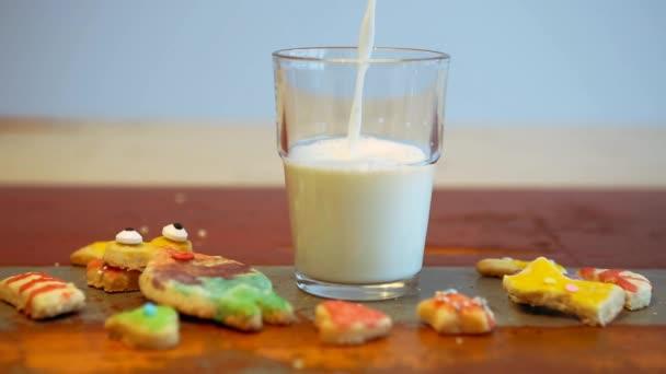 Cinemagraph skla nalévání mléka a zábavné soubory cookie