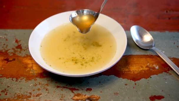 Cinemagraph talíř s polévkou na dřevěný stůl