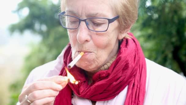 Starší ženy kouření videa