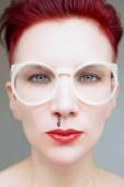 portré vörös hajú nő orrvérzés