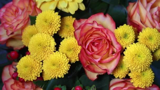 közeli kép színes csokor egy narancs rózsa forgó lemez