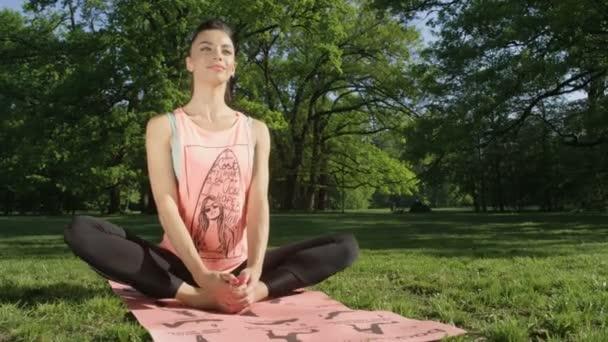 Mladá žena v sunny park.
