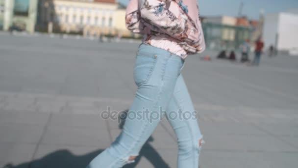 Boční pohled na ženské nohy v ulicích města