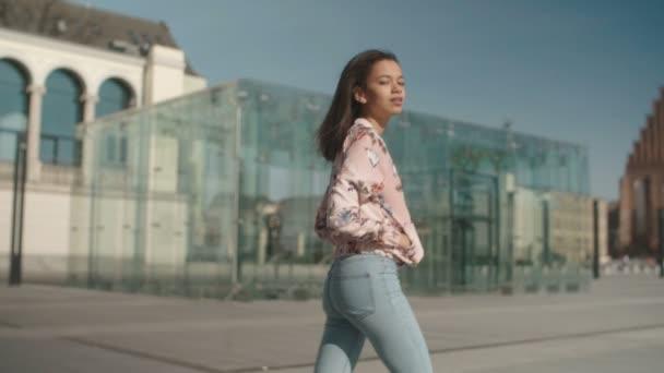 Portrét mladé ženy v ulicích města